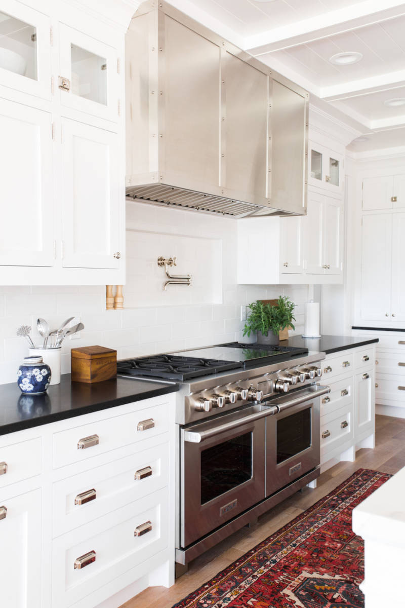 Vintage+kitchen+runner,+black+white+counters,+and+niche+behind+stove+_+Studio+McGee