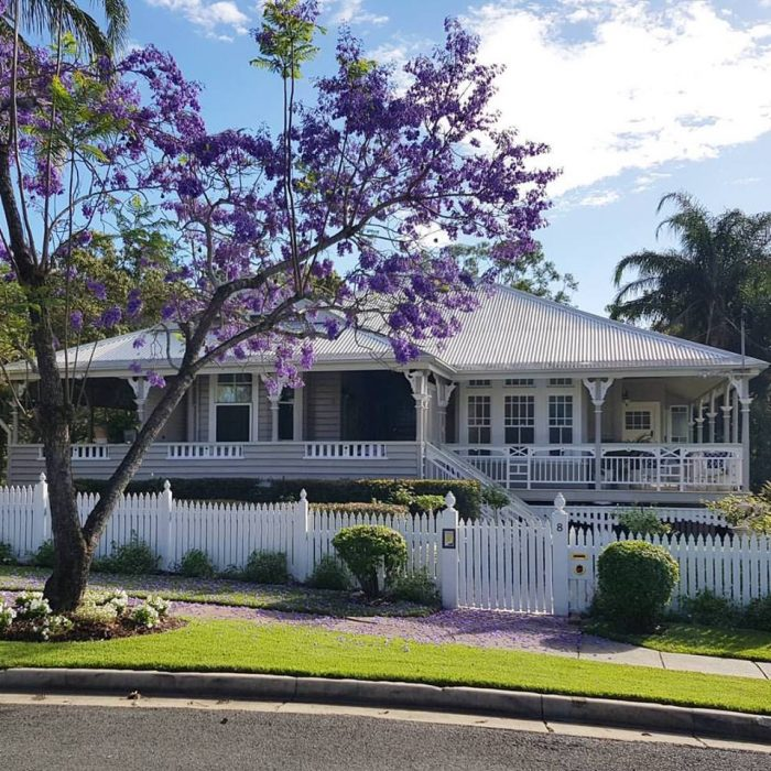 Our classic queenslander house colours the builder 39 s wife for Classic queenslander house